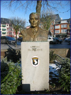 Le buste du général McAuliffe.