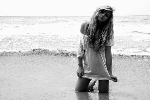 Nous autres, les filles, nous sommes formatées pour croire au coup de foudre et persuadées que tomber amoureuses nous rendra heureuses... Pourtant, prendre un coup ou tomber ça n'a jamais été synonyme de bonheur...