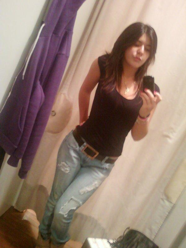 Jeans avec ceinture et t-shirt noir