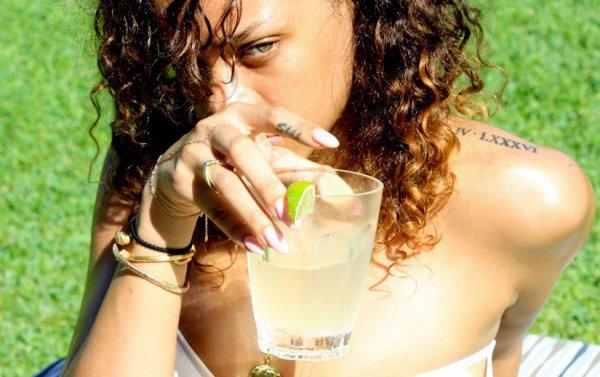 NOUVELLES PHOTOS HOT DE LA CHANTEUSE RIHANNA PENDANT SES VACANCES A HAWAI