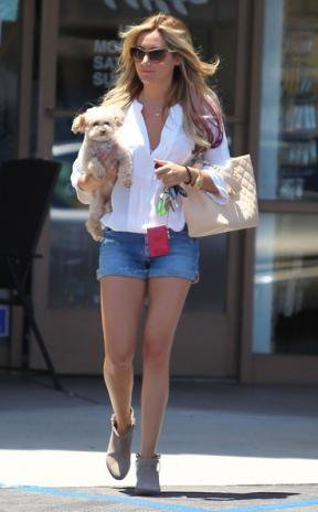12/06/12 ASHLEY TISDALE SORTANT D'UN SALON DE MANUCURE