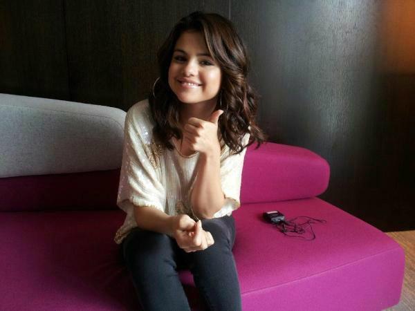 Selena Gomez reçoit a son passage a Paris des cornichons !