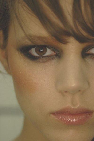 Freja Beha, le mannequin aux yeux et cheveux marrons.