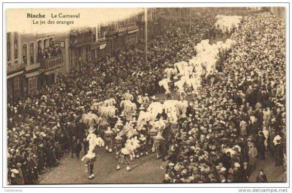 Le carnaval de Binche photo ancienne: le jet des oranges