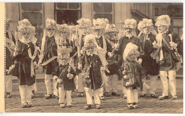 """Le carnaval de Binche: photo ancienne: la société """"les Paysans"""""""