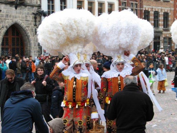 Le carnaval de Binche photo récente: les Gilles et leur chapeau à plumes