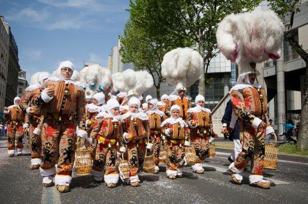 Le carnaval de Binche photo récente: les Gilles enfants et adultes