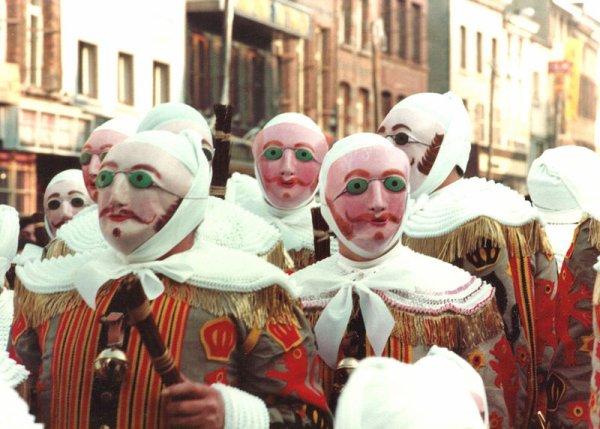 Le carnaval de Binche photo récente: les Gilles portant leur masque