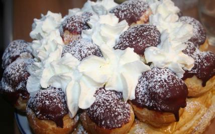 Le gâteau saint-honoré hummmm  - garni de chocolat et crème fraîche comme chez nous en Belgique  -