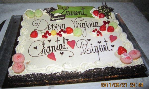 Pendant la soirée en l'honneur des anniversaires de Vivi, Denver et Laurent ainsi que de Riket : le superbe gâteau