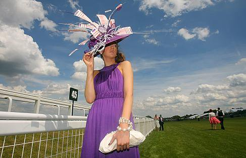 Aujourd'hui, un petit tour sur les champs de course de Arscot, regards sur les chapeaux.