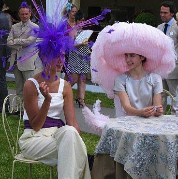 Aujourd'hui encore les chapeaux de la démesure, cette fois au Prix Diane sur l'hippodrome de Chantilly.