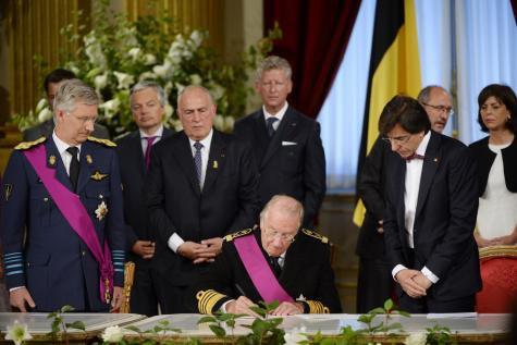 Signature de l'acte d'abdication