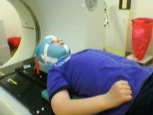 voila Logan est revenu de Namur de ses rayons c est loin d être fini car Logan a besoin de 30 séances de rayons + la chimio qui devra être intercalée en même temps il est paniquer car les docteurs lui on dit que il allait probablement perdre ses cheveux mais il sera toujours aussi beau notre petit lou