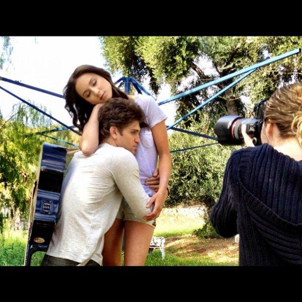 """Stills PLL 2x23: """"Eye of the Beholder""""  Le retour de Toby se fera sans doute dans cet épisode ! Il semble proche de Jenna, pour faire enrager Spencer ? :) + Photoshoot de Keegan en compagnie de Troian ! Plus de photos à venir, qu'en pensez-vous ?"""