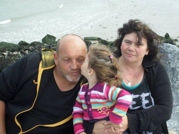 ma petite fille qui fait un bisou a son papy