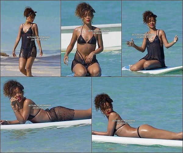 . 19 janvier - La belle a été aperçue sur la plage de Hawaï faisant du paddle boarding.Top ou Flop ?+ Rihanna a été vue avec une toute autre tenue toujours sur la plage d'Hawaï. TOP !.