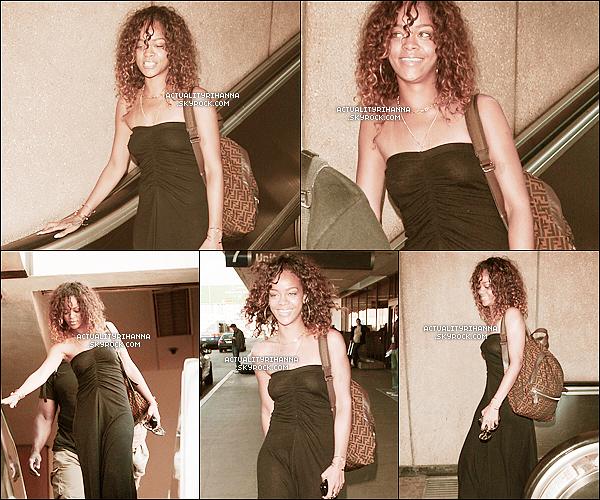 """. 22 janvier - Rihanna a été vue à l'aéroport de LAX à Los Angeles. Top ou Flop ?+ Rihanna a été vue le soir quittant le club """"Greystone"""" toujours à Los Angeles. ."""