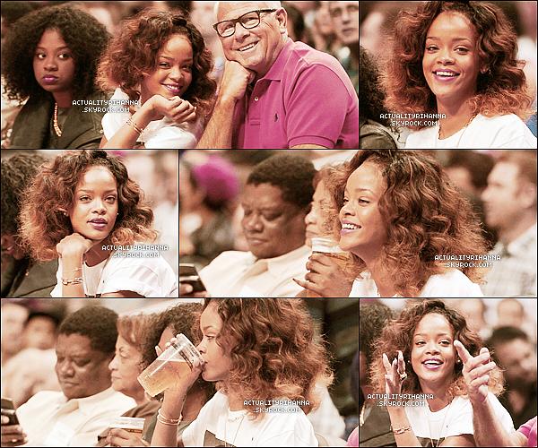 . 26 janvier - La princesse a été vue assistant à un match de basket au Staples Center à Los Angeles.J'aime beaucoup la tenue de Rihanna, simple mais jolie. Elle est accompagnée de sa cousine Noella..