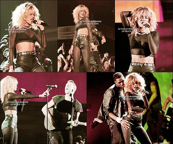""". GRAMMY AWARDS: UNE CEREMONIE RICHE EN EMOTIONS POUR RIHANNA !. Le dimanche 12 février 2012 se déroulait la 54ème cérémonie des Grammy Awards au Staples Center de Los Angeles, où Rihanna y apparait chic et glamour sur le tapis rouge, avec sa magnifique chevelure blonde. Elle arborait une longue robe fendue signée Armani, elle était vraiment radieuse et sublime ! Une fois la cérémonie ouverte, peu de temps après la belle Rihanna performe son tube planétaire """"We Found Love"""" et """"Princess of China"""" en featuring avec Coldplay, un groupe très populaire également. Elle était au top de sa forme, et chantait magnifiquement bien, sa performance m'a fait frissoné ! Ensuite, nous retrouvons la belle dans les audiences, en compagnie de Katy Perry, Paris Hilton ou encore Kelly Rowland. Rihanna a finalement remporté 2 prix, en collaboration avec Kanye West pour la chanson """"All Off The Lights"""", bravo à elle ! La belle barbadienne nous a donc offert une belle cérémonie en compagnie d'autres artistes, reste à suivre les Brit Awards, où Rihanna n'a pas encore fini de nous épater !. Merci de créditer si tout emprunt du texte ! By ActualityRihanna.."""