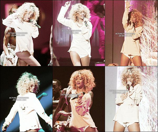 """. 21 février - Rihanna était à la prestigieuse cérémonie des Brit Awards ! Tu aimes sa tenue ?Rihanna a d'ailleurs remporté le prix 'Artiste féminine Internationale"""", et a encore performé sur """"We Found Love"""". Elle s'est ensuite rendu au club Mahiki après avoir était au restaurant McDonald's. Aimes-tu sa performance?."""