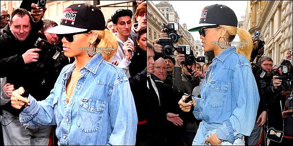 . 29 février - Rihanna a été aperçue quittant une fois de plus son hôtel à Londres entourée de fans.J'adore la chemise et le T-shirt, mais les cuissardes un peu moins. La casquette sublime, TOP !.
