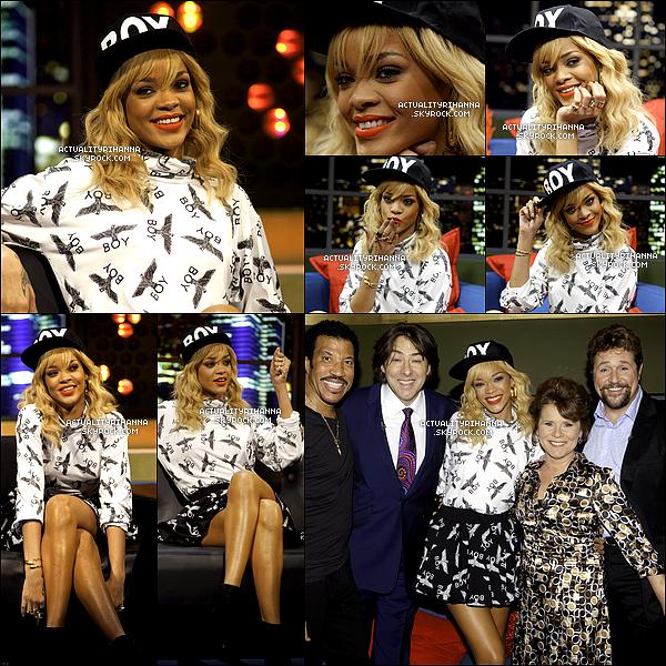 """. 03 mars - Rihanna apparaît dans l'émission télévisée de Jonathan Ross qui a été enregistré à Londres.La belle a chanté """"Talk That Talk"""" lors de son apparition. Rihanna a notamment donné une interview.."""