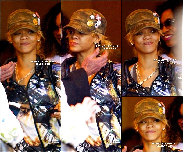 . 06 mars - Rihanna se promenait en compagnie de ses amis à Los Angeles. Top ou Flop ?Une nouvelle publicité de la marque Armani incluant est apparue, avec une Rihanna plus sexy que jamais !.