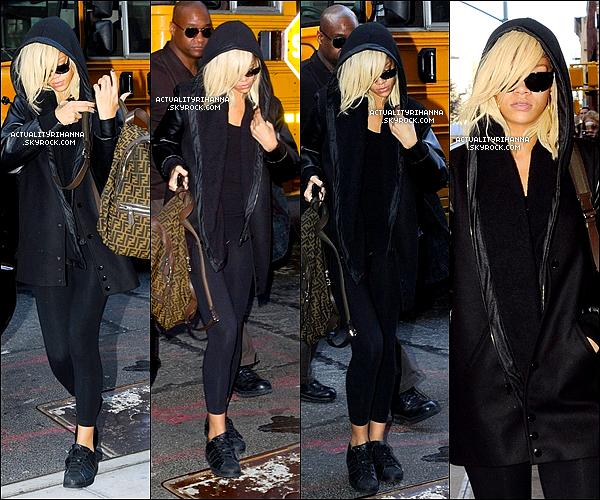 """. 11 mars - Rihanna quittait l'aéroport """"La Guardia"""" de New York puis rentrait dans son hôtel.Le soir, Rihanna a été repéré quittant le restaurant """"Da Silvano"""" à New York, dans une tenue sexy.Top ou Flop ?."""