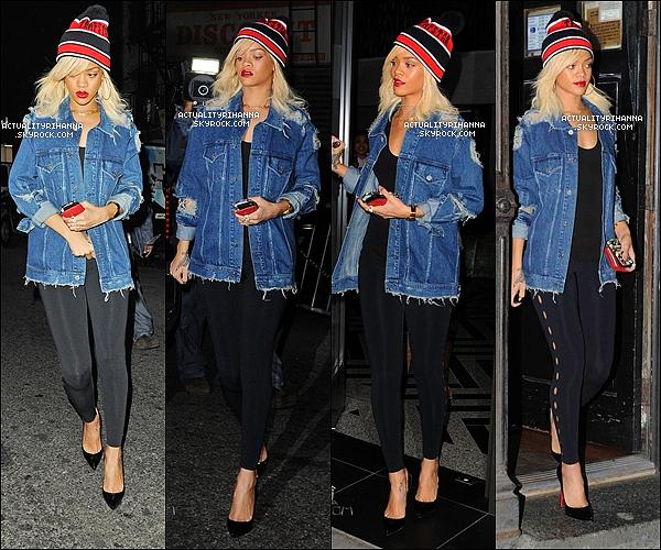 """. 13 mars - Rihanna quittait son hôtel puis se rendait aux studios radio """"Hot 97"""" à New York.Rihanna s'est offerte un iPhone 4S en plus de son BlackBerry ! Que penses-tu de la tenue?."""