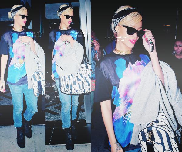 """. 18 MARS - Rihanna quittait son hôtel puis se rendait à l'aéroport """"JFK"""" à New York.Elle a été ensuite repéré à l'aéroport """"LAX"""" à Los Angeles quelques heures plus tard. Top ou Flop ?."""