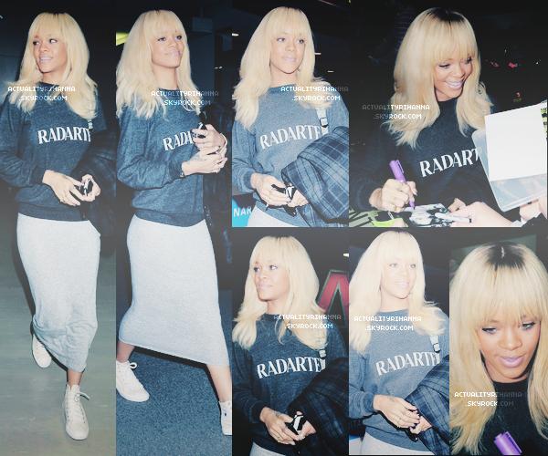 . 31 MARS - Rihanna était à l'aéroport de Narita au Japon avec quelques fans. Tu aimes la tenue ?Rihanna est redevenue brune, avec un côté rasé, elle est magnifique ! Qu'en penses-tu ? !.