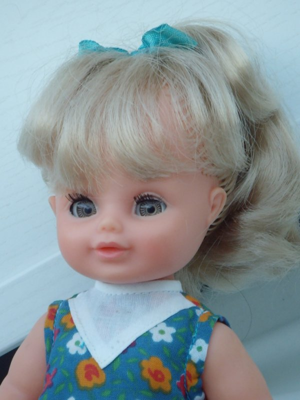 Elle n'a jamais été coiffée et a donc toujours le ruban d'origine dans les cheveux.