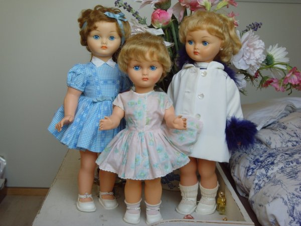 3 soeurs, 2 jumelles et une plus jeune ;)
