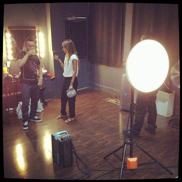Séance shooting photo en ce moment même  ... Fabio en discussion avec la maquilleuse mais ça fait le boulot!