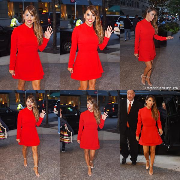 08/08/17 : Les paparazzis ont croisé notre chère Eva lors d'une sortie, à - New-York. Eva portait une jolie robe rouge et son make up est sublime. Qu'en pensez vous ?[/font=Arial]