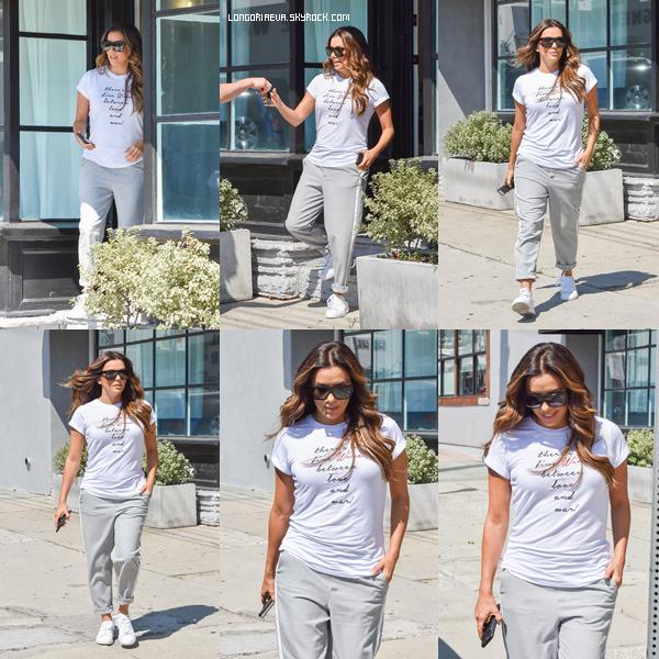 30/08/17 : Eva était de promenade, à - Los Angeles. J'aime beaucoup sa tenue bien qu'elle soit simple. Petit top pour ma part, et vous ? [/font=Arial]