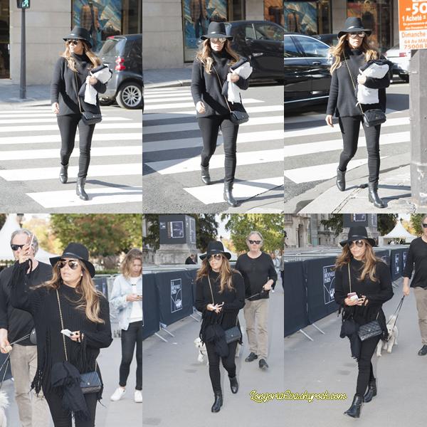 16/09/17 : Eva était de sortie à Paris, en - France. Bien que la tenue soit sombre j'adore, c'est un top ! J'adore le chapeau. [/font=Arial]