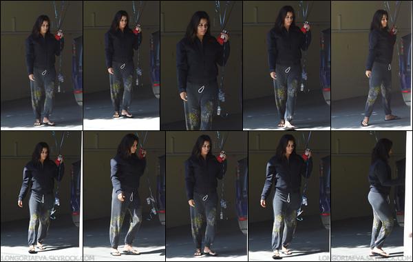 23/09/17 : Evaa été photographiée dans les rues de Los Angeles, en - Californie. Je trouve la tenue vraiment simple mais elle reste trop mignonne.