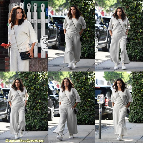 """08/10/17 : Eva a été photographiée se promenant dans les rues de Beverly Hills , en - Californie. C'est super qu'Eva ait le sourire mais je n'aime pas du tout la tenue qui lui fait un effet """"sac a patates"""""""