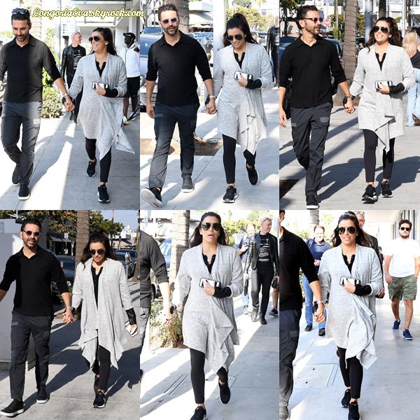 13/10/17 : Eva a été photographiée se promenant dans les rues de Beverly Hills , en - Californie. J'adore le style même si elle pourrait faire tellement mieux donc j'accorde tout de même un top !