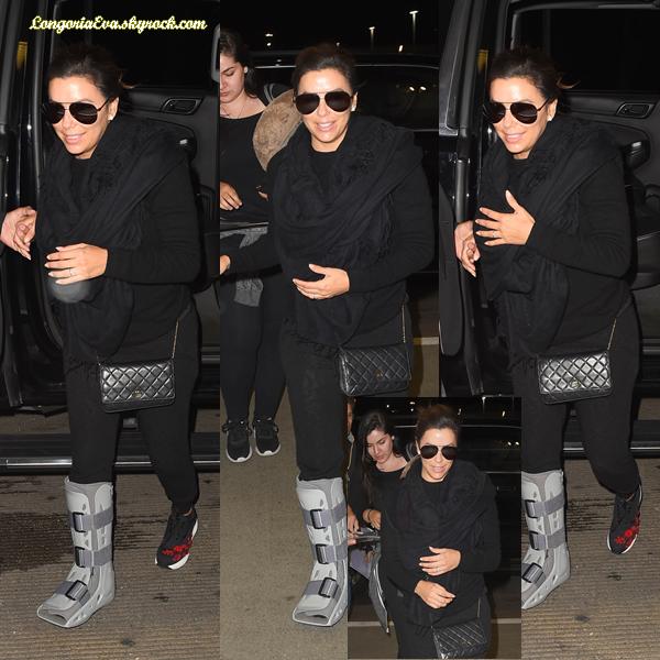26/10/17 : Eva a été aperçue à l'aéroport  LAX  de Los Angeles , en - Californie. Elle est toujours blessée mais j'adore son sourire qui est radieux, petit top !