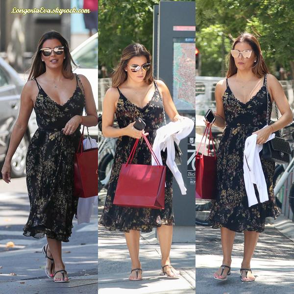 10/07/17 : Eva a été photographiée quittant Madrid , en - Espagne. Concernant sa tenue, elle portait une robe avec des motifs, je lui donne un top !