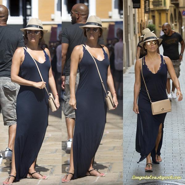 22/07/17 : Eva à été vue faisant du tourisme à Majorque , en - Espagne. Concernant sa tenue, elle portait une longue robe foncée, je lui accorde un top.