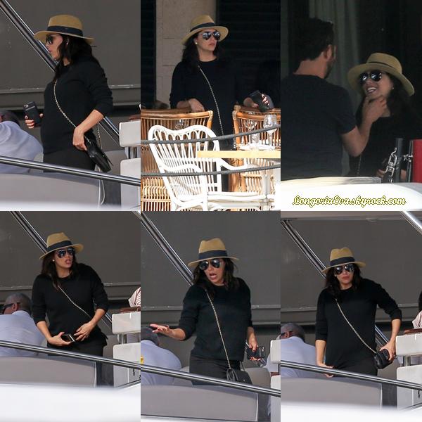 23/12/17 : Eva lors d'une promenade en bateau avec son mari Jose Baston à Miami.