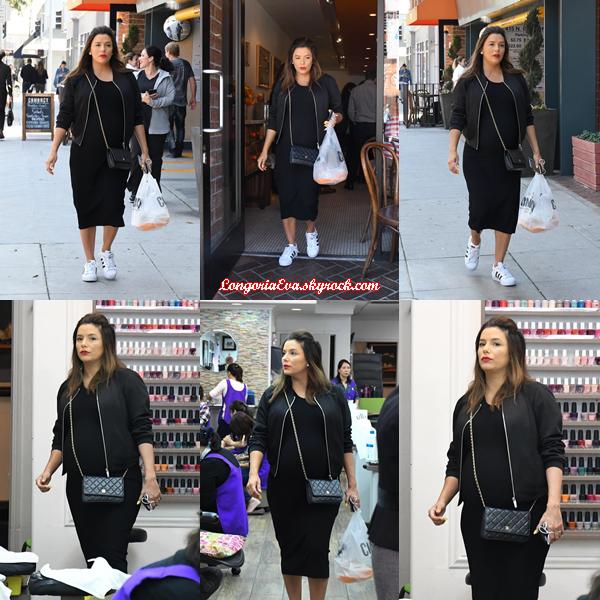 25/04/18 : Eva était de promenade dans les rues de Beverly Hills , en - Californie. Encore et encore une tenue sombre mais elle reste confortable, j'aime beaucoup sa veste c'est un petit top.