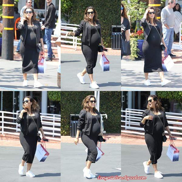 19/04/18 : Eva faisant du shopping à Santa Monica , en - Californie. Une tenue vraiment simple mais c'est un choix judicieux pour une virée shopping.