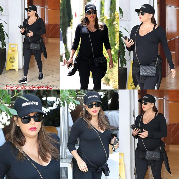 24/04/18 : Eva était de promenade dans les rues de Beverly Hills , en - Californie. Une tenue vraiment simple mais c'est un choix judicieux pour une sortie.