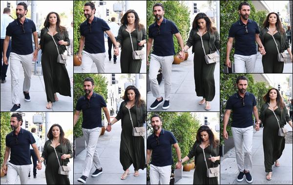 - 08/05/18 : Eva Longoriaa été photographiée alors qu'elle se promenait avec son marià Los Angeles. -