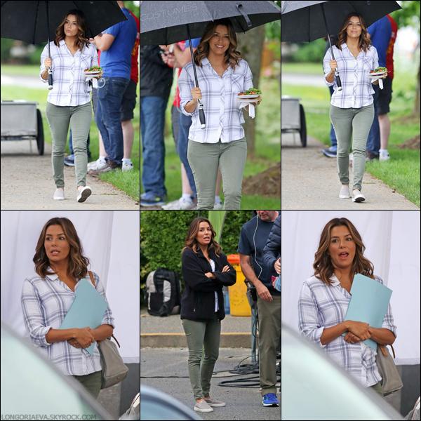 05/06/17 : Eva déjeunant sur le tournage d'Overboard à Vancouver , au - Canada.